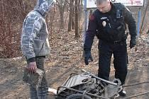Tři zloději kovů uvízli v síti strážníků.