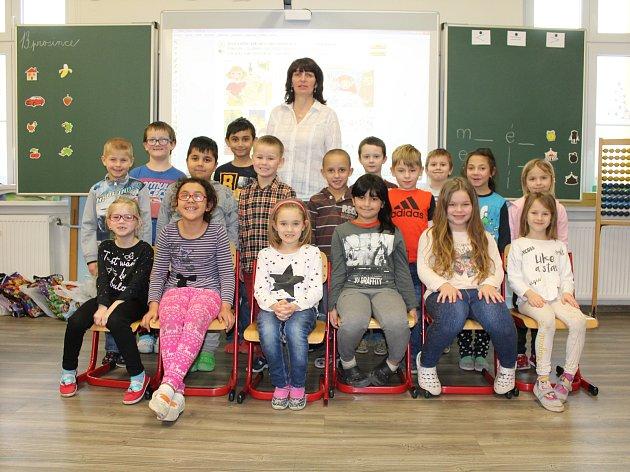 Žáci 1.třídy ze ZŠ Jiříkov spaní učitelkou Lenkou Doležalovou.
