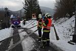 Na železničním přejezdu se v Bechlejovicích střetl vlak a osobní automobil. Na místo vyjely tři hasičské jednotky.