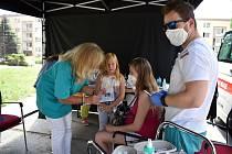 Ústecký kraj začal s očkováním v sociálně vyloučených lokalitách, jako první přišlo na řadu sídliště Mojžíř v Ústí nad Labem.