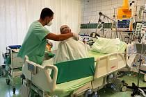 Letci z Čáslavi pomáhají v děčínské nemocnici.