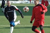 KANONÁDA. Benešov nad Ploučnicí (v červeném) deklasoval Žandov, vyhrál 12:0!