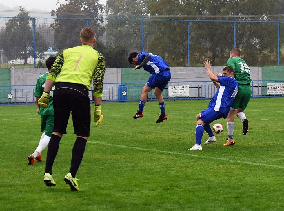 Fotbalisté Vilémova (zelené dresy) doma porazili Modrou 2:0.