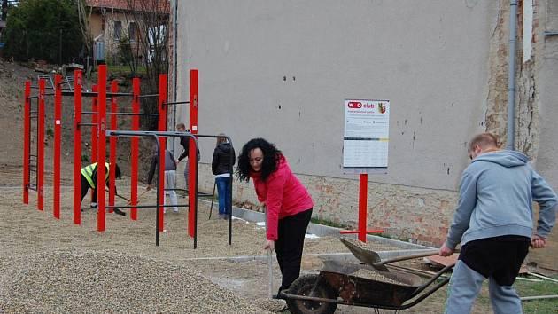 Stavba workoutového hřiště v Dolní Poustevně.