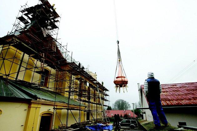 Kostel v Růžové má novou kopuli věže.