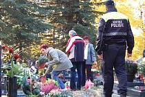 Hřbitovy hlídají strážníci intenzivněji