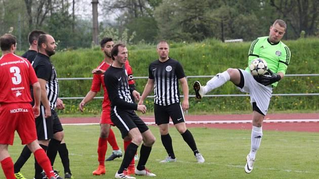 DIVOČINA. V Rumburku padlo deset branek, domácí fotbalisté (v červeném) brali jen bod.