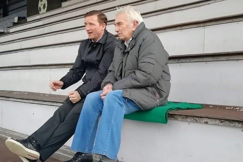 Vladimír Šmicer při návštěvě Děčína. Na snímku se svým bývalým trenérem Julou Časným.