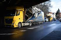 Řidič kamionu neodhadl v Děčíně výšku viaduktu.