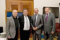 JOSEF HERCLÍK (druhý zleva) na snímku s předsedou ČVS Zdeňkem Haníkem (vlevo) a senátory Přemyslem Sobotkou (druhý zprava) a Františkem Kopeckým.