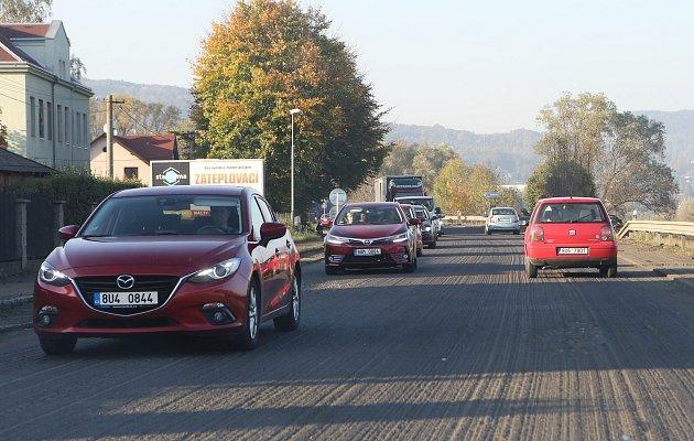 Na silnici z Ústí nad Labem do Děčína probíhá rekonstrukce již dva týdny. Nyní vypadá jako tankodrom.