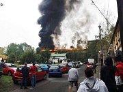 Silnici nedaleko nedělního požáru slévárny ve Varnsdorfu blokovala auta. Hasiči nemohli projet.