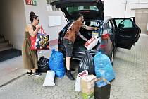 Pro provětrané domácí šatníky energetiků si do Děčína přijeli zaměstnanci Oblastní charity Ústí nad Labem osobně.
