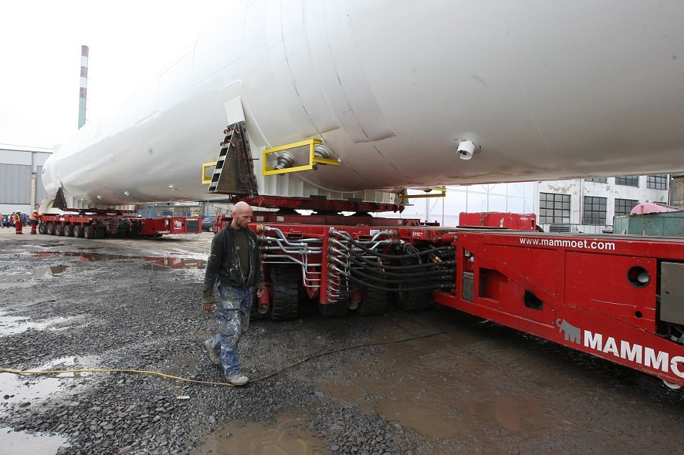 Děčínem projel největší vyrobený zásobník, vezli ho do přístaviště.
