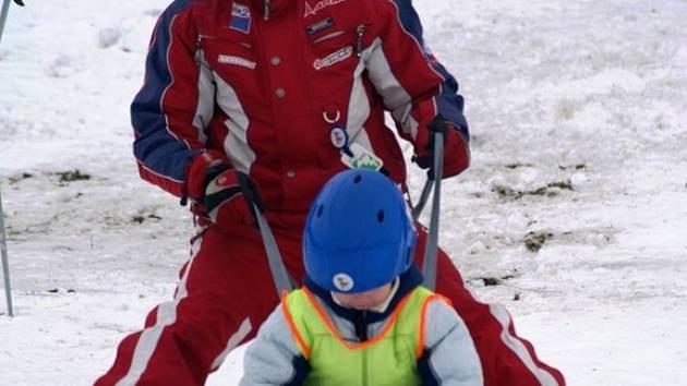 Učí děti lyžovat osm hodin denně