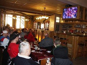 Fanoušci sledují hokejové semifinále proti Rusku