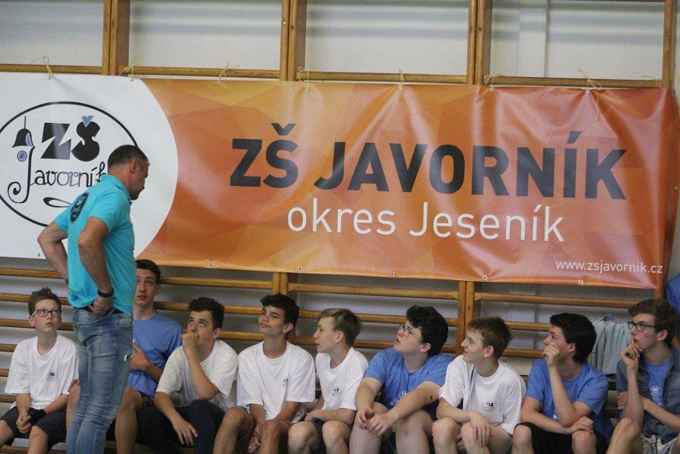 LITOMĚŘICKÉ dívky (v modrém) nestačily na ZŠ Javorník.