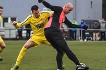 PORÁŽKA. Varnsdorf (ve žlutém) doma podlehl soupeři z Německa 0:1.