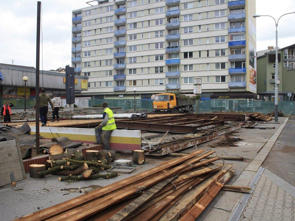 Z Tyršovy ulice v Děčíně zmizela autobusová zastávka. Dělníci ji totiž rozebrali.