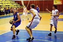 Děčínský Kučera (vlevo) se snaží projít přes dvoumetrového pardubického hráče.