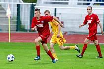 NA KOLENOU. Fotbalisté Slovanu Varnsdorf (v červeném) prohráli 0:4 na hřiští pražské Dukly. Snímek je kuriózní, Slovan se do útoku příliš nedostával.