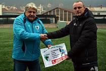 DALŠÍ POMOC. Fotbalisté Vilémova a Junior Děčín se složili na sbírku pro Radima Nováka.