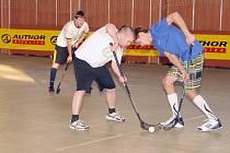 BOJ. Na prvním turnaji florbalové ligy Severu se bojovalo urputně o každý míček.