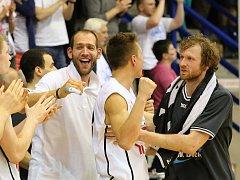DĚČÍN - OSTRAVA 3:0. Válečníci (v bílém) doma potřetí porazili Ostravu a postoupili do semifinále play-off.