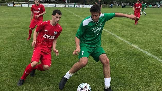 Do semifinále krajského poháru se protlačil Junior Děčín a také Vilémov. Na snímku je v zeleném vilémovský Kučera v zápase na půdě Oldřichova.