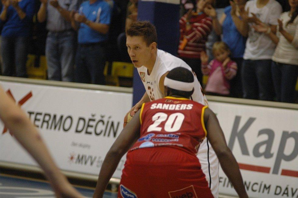 PARÁDA! Děčínští basketbalisté (v bílém) v prvním kole Matonni NBL doma porazili Pardubice 80:67.