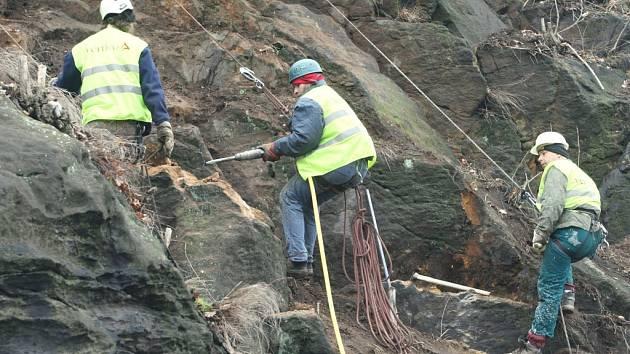 MASIV ZAHROZIL. Horolezci odstraňovali volné kusy kamenů, aby zabránili jejich samovolnému pádu do silnice.
