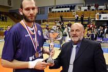 BRONZOVÉ LOUČENÍ. Jakub Houška takto přebíral pohár ze třetí místo po prohraném semifinále 2011/12.