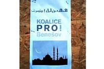 PODVRH.  Plakáty s logem politického uskupení, za které byl Filip Ušák zvolen, a mešitami se objevily v Benešově.