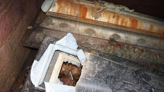 VYKRADENÉ hroby policejní vyšetřovatelé zdokumentovali.