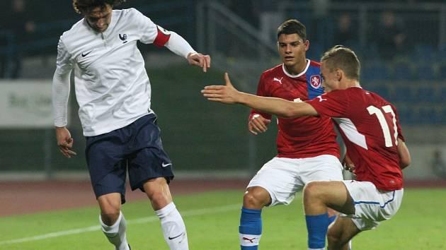 PROTI HVĚZDĚ. Obránce Lukáš Landovský (vzadu) se na hřišti potkal i s talentem Paris Saint Saint-Germain Rabiotem.