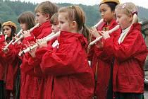 Flétnový kompas, tedy vystoupení pěveckých a  flétnových souborů, zahájil ve čtvrtek odpoledne v Růžové zahradě děčínského zámku festival Mladé Labe 2010.
