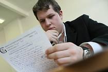 Student děčínského gymnázia Radek Tesař kontroluje svou písemnou maturitní práci