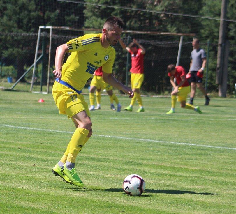 REMÍZA. Fotbalisté Varnsdorfu (ve žlutém) remizovali s Libercem 1:1.