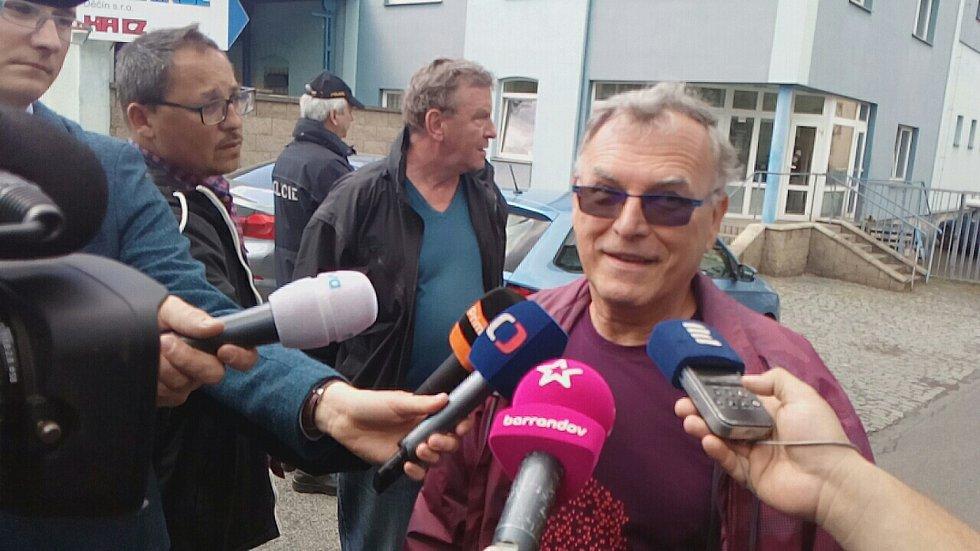 Ředitel chemičky Chemotex Josef Urbánek hovoří s novináři po úniku fenolu.