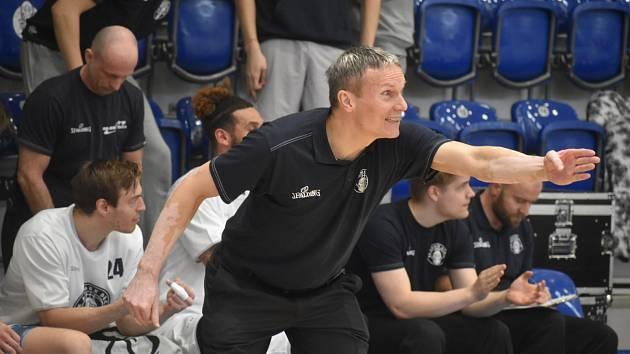 Tomáš Grepl, trenér BK ARMEX Děčín, zažil s Válečníky velmi těžkou sezonu.