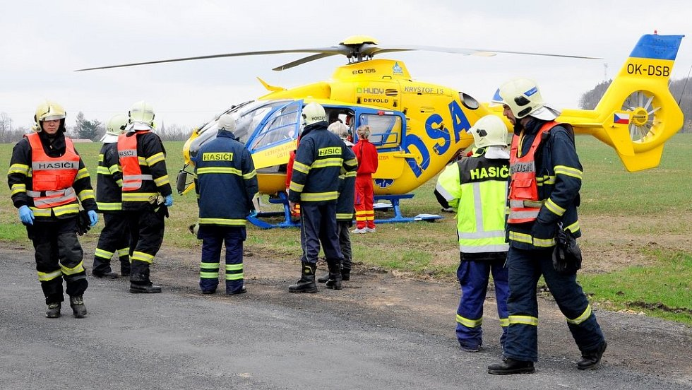 Řidiče motocyklu přepravil do nemocnice vrtulník.