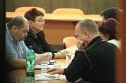 Jiří Paroubek a Petr Benda po tiskové konferenci.