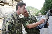 Do Hřenska přijeli štědří dárci se sto tisíci korunami a také vojáci 151. ženijního praporu z Bechyně.