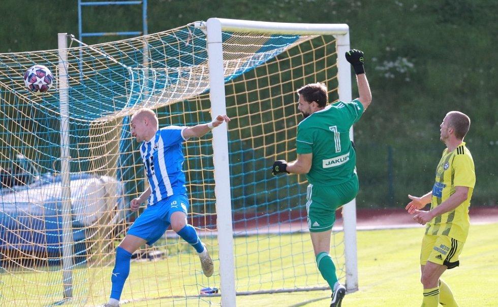 Důležitá výhra! Fotbalisté Varnsdorfu (ve žlutém) doma porazily poslední Vítkovice 3:1.
