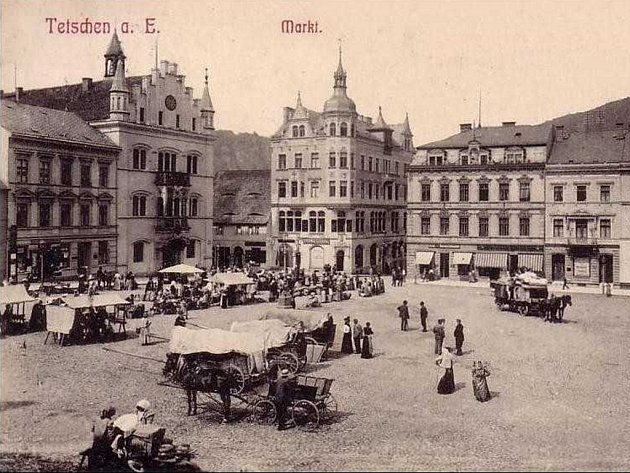 Děčínská radnice na historickém pohledu.