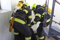 Hasiči cvičili na rozhledně, kde museli vyběhnout 173 schodů i s figurínou vážící 50 kilogramů