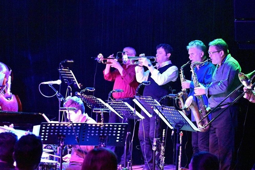 BigBand naplnil děčínské divadlo hudbou.