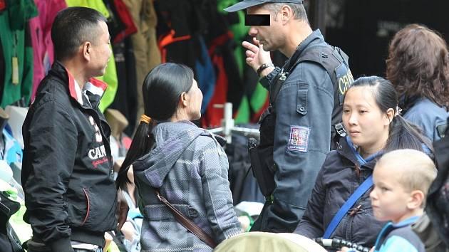 Další velký zátah má za sebou Česká obchodní inspekce. Tentokrát spolu s cizineckou policií a celníky přijela na kontrolu stánkařů ve Hřensku.