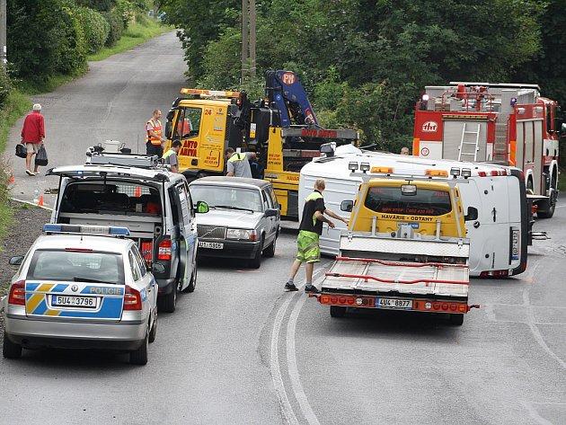 Při nehodě v Děčíně skončila dodávka na boku.