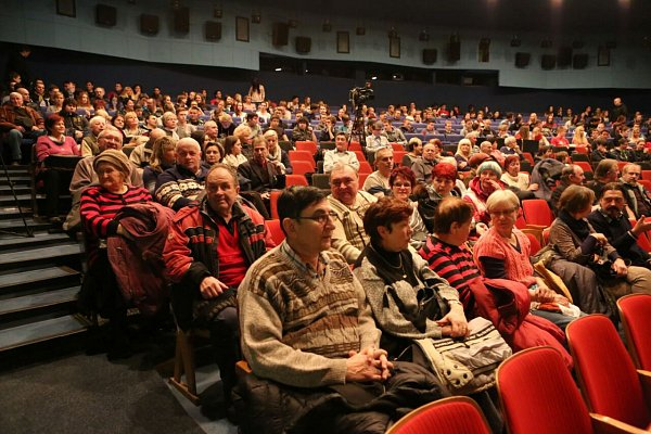 Lidé čekající na Miloše Zemana.